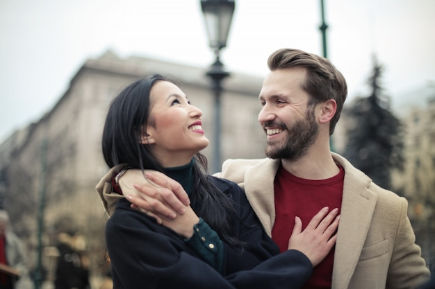 Glückliches paar in der stadt