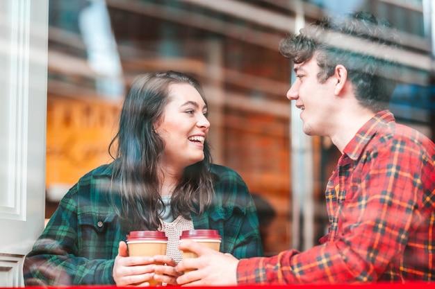 Glückliches paar in einem café in london, das zusammen einen kaffee genießt