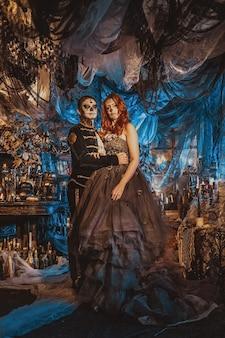 Glückliches paar in halloween-kostüm und make-up. blutiges thema: die verrückten maniak-gesichter