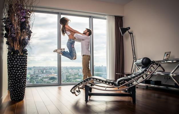 Glückliches paar in ihrem neuen penthouse