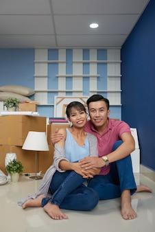 Glückliches paar in neues zuhause