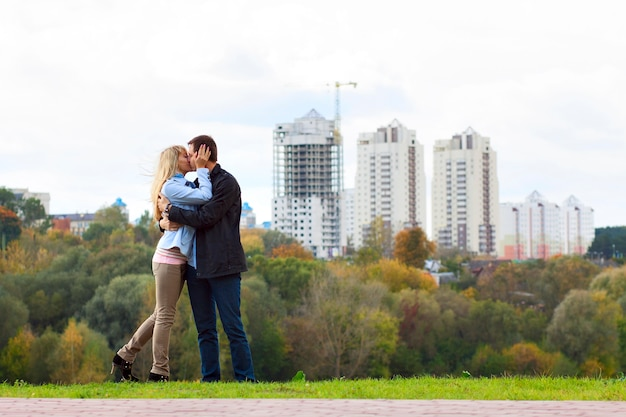 Glückliches paar küssen