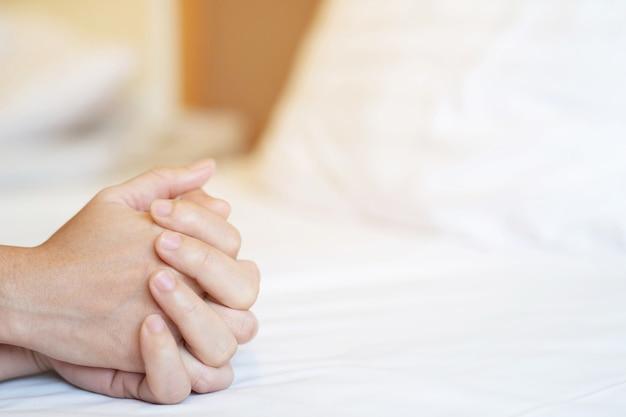 Glückliches paar liegt zusammen im bett. die gesellschaft voneinander genießen.