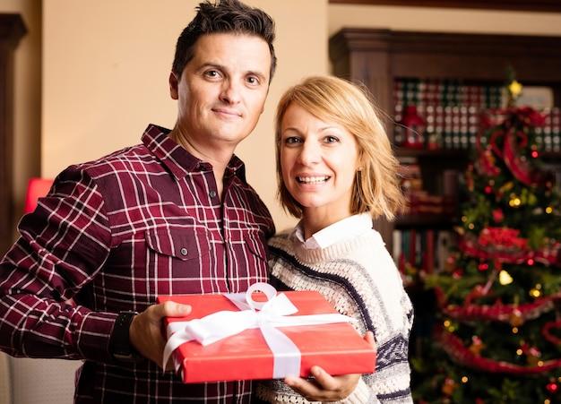 Glückliches paar mit einem geschenk