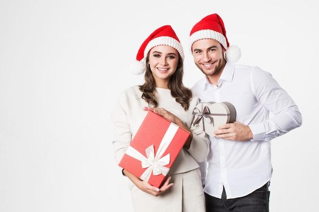Glückliches paar mit geschenkboxen