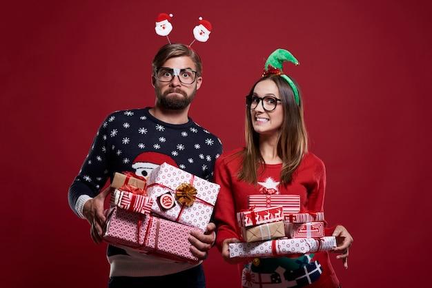 Glückliches paar mit geschenken auf rotem hintergrund
