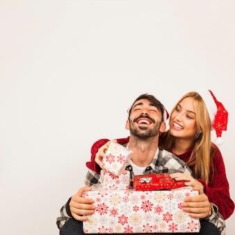 Glückliches paar mit geschenken