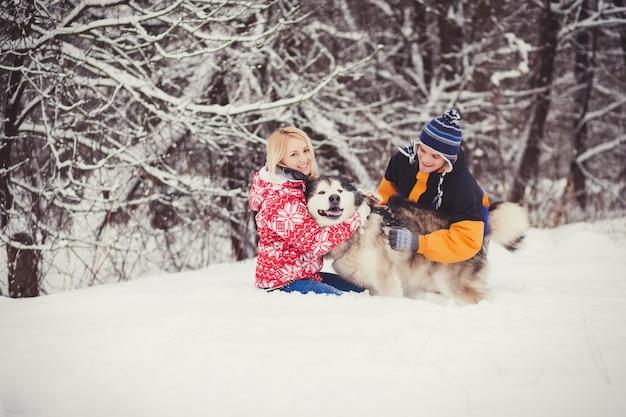 Glückliches paar mit hund im freien