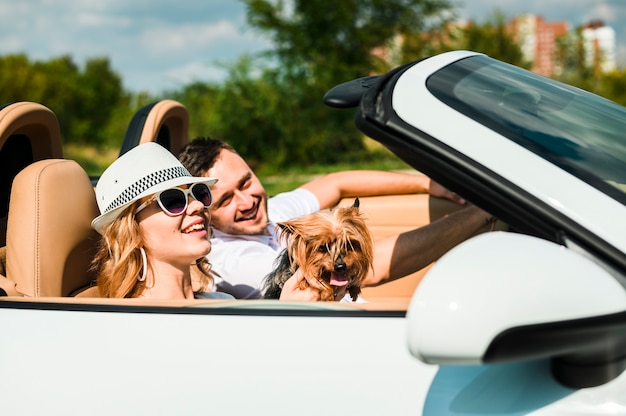 Glückliches paar mit hund unterwegs