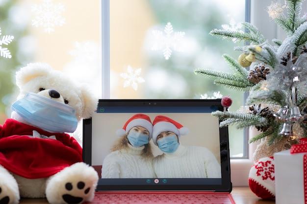 Glückliches paar mit medizinischer maske mann und frau begrüßen im video-chat