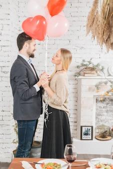 Glückliches paar mit romantischen ballons