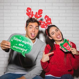 Glückliches paar mit weihnachtsaufklebern