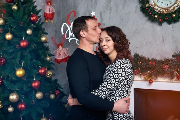 Glückliches paar mit weihnachtsdekorationen