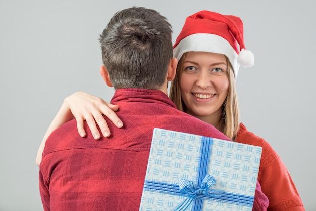 Glückliches paar mit weihnachtsgeschenk