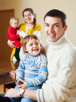 Glückliches paar mit zwei kindern