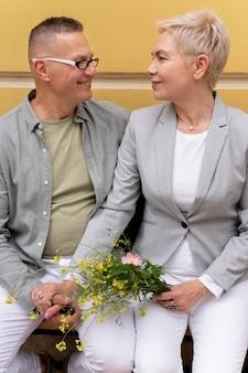 Glückliches paar mittleren alters, das ein date hat
