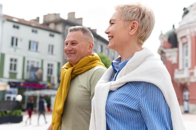 Glückliches paar mittleren alters mit einem date im freien