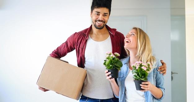 Glückliches paar nach dem einzug in ein neues zuhause