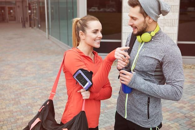 Glückliches paar nach dem fitnessstudio
