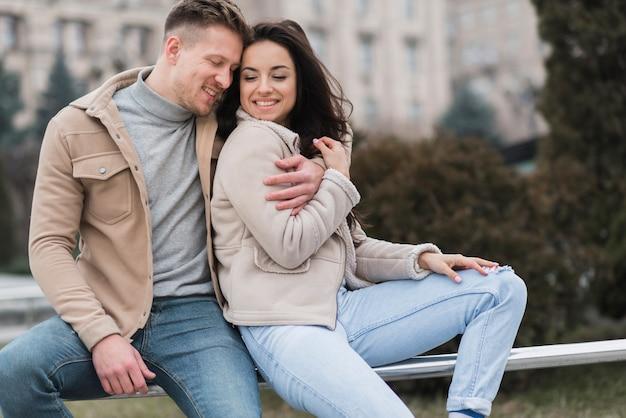 Glückliches paar posiert während eines spaziergangs