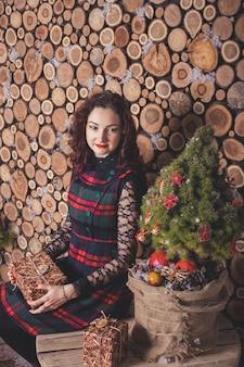 Glückliches paar umarmt. neujahrs- und weihnachtsliebesgeschichte, studio-fotoshooting