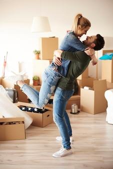 Glückliches paar umarmt sich im neuen haus