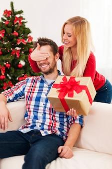 Glückliches paar während weihnachten