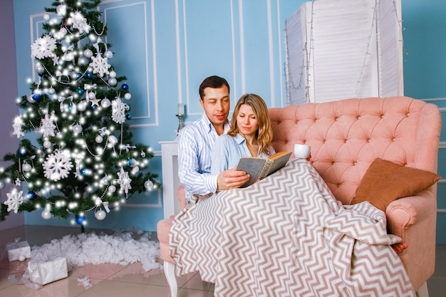 Glückliches paar zu hause am weihnachtstag zusammen