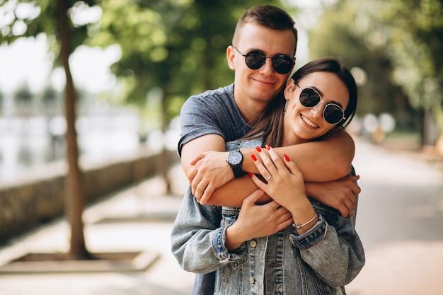 Glückliches paar zusammen im park