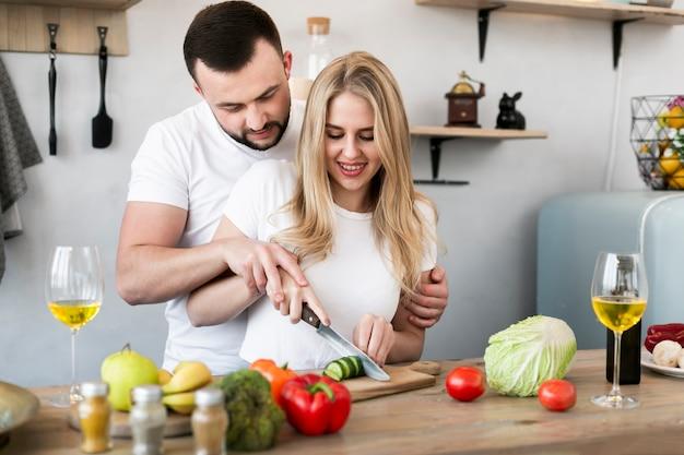 Glückliches paar zusammen kochen