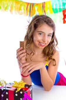 Glückliches party-girl mit geschenken schokolade essen