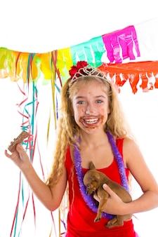Glückliches partygirl-welpengeschenk, das schokolade isst