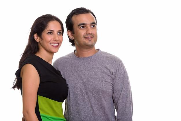 Glückliches persisches paar, das lächelt und schaut