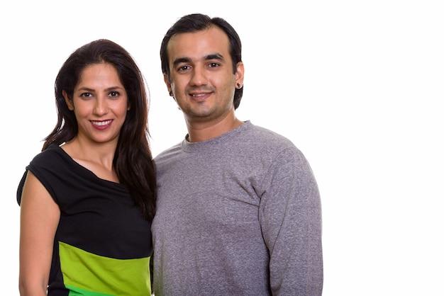 Glückliches persisches paar, das zusammen lächelt