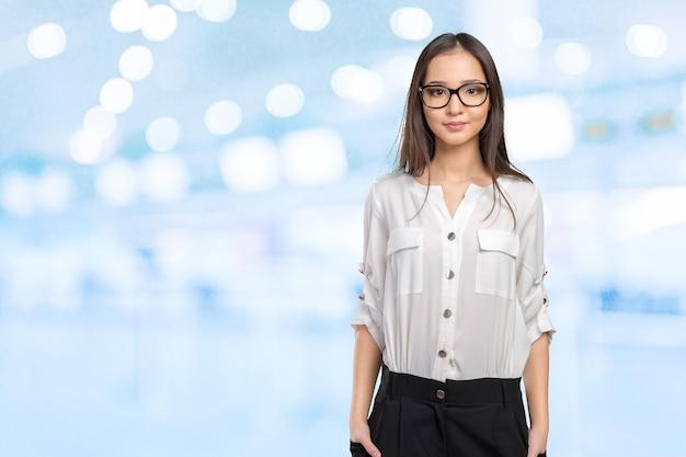 Glückliches porträt der glas eyewear-frau, das kamera betrachtet