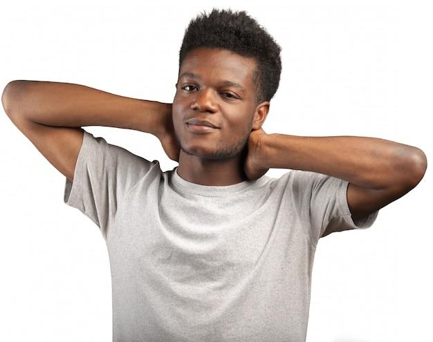 Glückliches porträt des jungen mannes des afroamerikaners