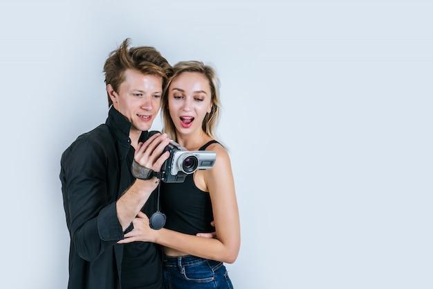 Glückliches porträt von den paaren, die videokamera und rekordclipvideo halten