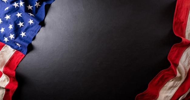 Glückliches präsidententagskonzept mit flagge der vereinigten staaten auf schwarzem hölzernem hintergrund.
