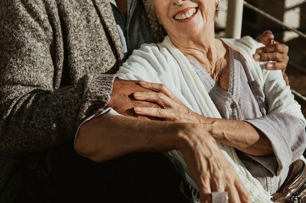 Glückliches romantisches älteres paar, das zeit zusammen auf dem pier verbringt