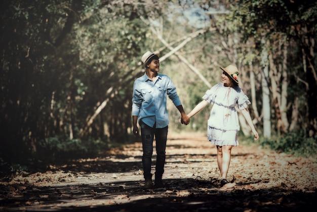 Glückliches romantisches paar in liebe am see im freien