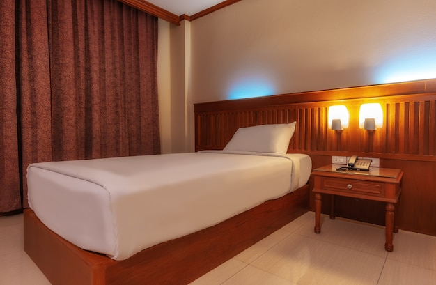 Glückliches schlafzimmer und bequeme matratze und kissen über licht am fenster, raum und innenraumkonzept