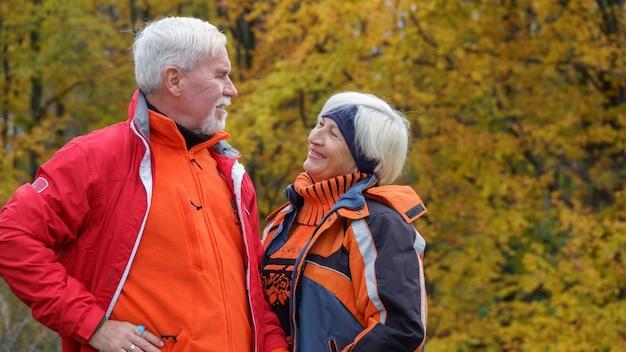 Glückliches schönes älteres verheiratetes paar