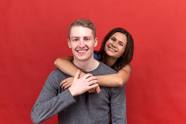 Glückliches schönes paar lächelnd posierend. liebhaber umarmen sich