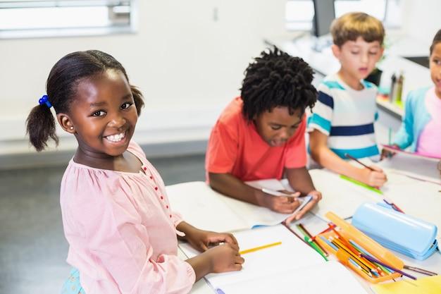 Glückliches schulmädchen im klassenzimmer