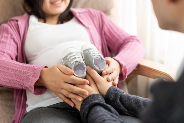 Glückliches schwangeres paar von ehemann und ehefrau