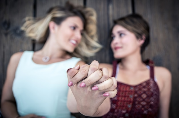 Glückliches schwules paar, das zeit zusammen verbringt