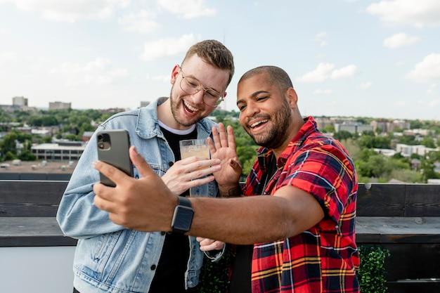 Glückliches schwules paarbild, videoanrufe mit freunden