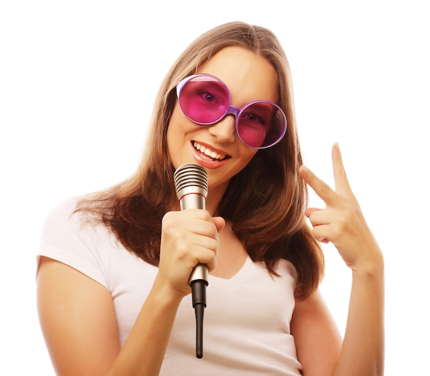 Glückliches singendes mädchen