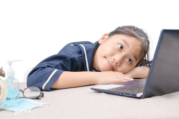 Glückliches süßes mädchen, das videos sieht, die online auf ihrem laptop zu hause streamen, isoliert auf weiß. homeschooling, fernunterricht und neues normales konzept