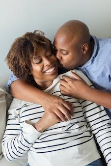 Glückliches süßes paar in liebe